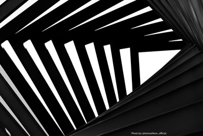 Abstract: Beam chains that make up a luxury show ... now seen in bnw.