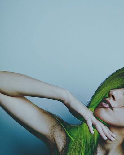 Jeu de mains.... @ines.e_prieto  #details #hands #moodyportraits
