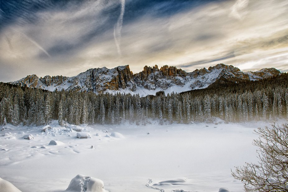 Classico lago di Carezza in versione invernale