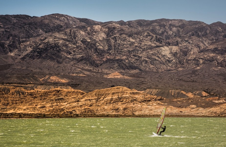 Windsurf by the mountains