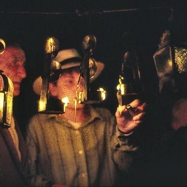 Etnografia:En un pueblo de la Sierra de Francia hay una costumbre de colocar candiles de aceite por donde va a pasar la Virgen en procesion.Los abuelos animan al nieto a encenderlos. Original:Diapositiva en color.
