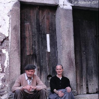Mayores de Mogarraz (Sierra de Francia), sentados a la puerta de su casa,al final del dia.