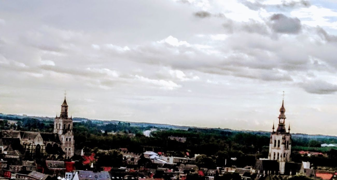 I happened to visit friends today who live on the 10th floor of an apartment building. The view was beautiful. Too bad I only brought my i-Phone with me to take pictures. Better that than nothing Sincerely Theo-Herbots-Photography https://groetenuittienen.blog/