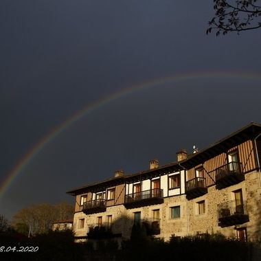 Arco iris sobre casa tradicional de La Alberca (Sierra de Francia-Spain)