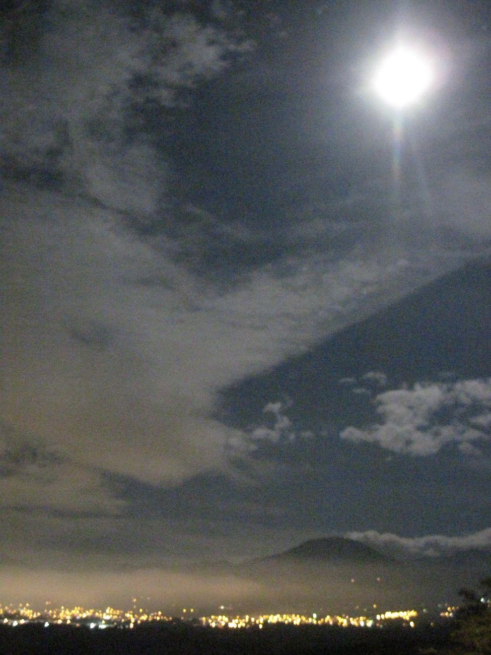 Paisaje nocturno, ciudad montaña y luna