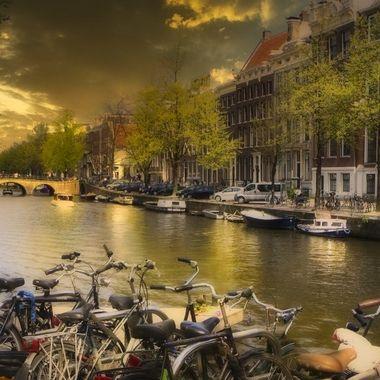 Amsterdam au coucher du soleil.