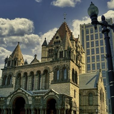 A Tourist attraction in downtown Boston that is a still operating Episcopal Church (before Revolution Anglican Church).