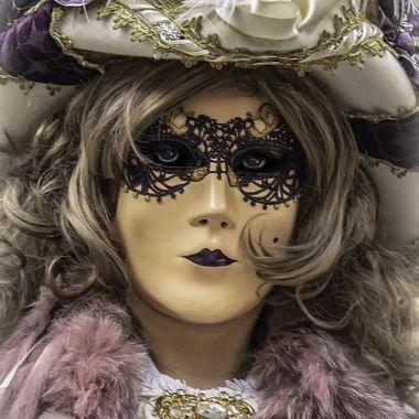 Carnevale 2020 La donna con un cappello bianco