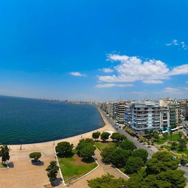 Panoramic view of the most popular monument in Thessaloniki and the trademark of the city, the White Tower, located along the waterfront of Greece's second city, stands tall. This famous landmark is connected to the city's rich past and offers visitors captivating views of the area, including the Thermaic Gulf. Today, the construction is home to a unique museum, making it one of the latest additions to the cultural scene of Thessaloniki. Here is the story of the White Tower.