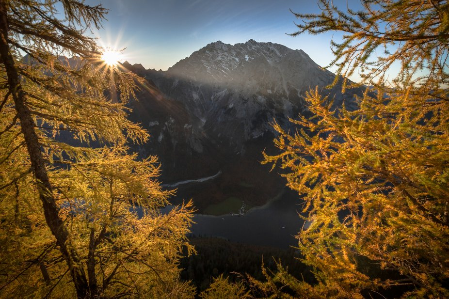 A hiking tour to the Gotzenalm is worthwhile in the Berchtesgaden National Park in Germany. Recommended in autumn when the larch needles glow orange in sunlight. You can stay here and eat and drink well. From the viewpoint Feuerpalfen you have a wonderful view of the Watzmann in the sunset, the second highest mountain in Germany.