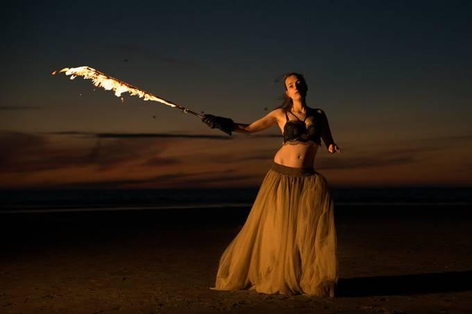Fire-shoot on the beach with Anna van Hoek (Modelmanagement.com).  20200526 Anna 102b