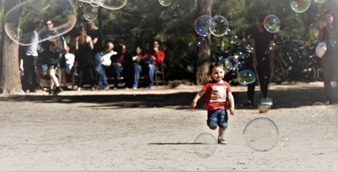 Chasing bubbles in a Barcelona park -- what a great way to spend the day!
