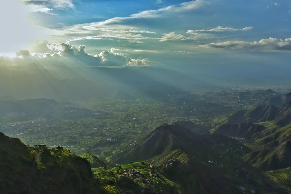 غروب الشمس في اليمن على سلسلة جبال في محافظة إب تم الت...
