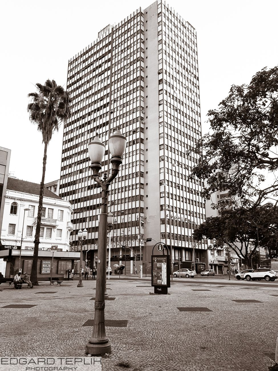 We highlight, an old lamp post in a central square in Campinas and in the background a large building on Street Francisco Glicério