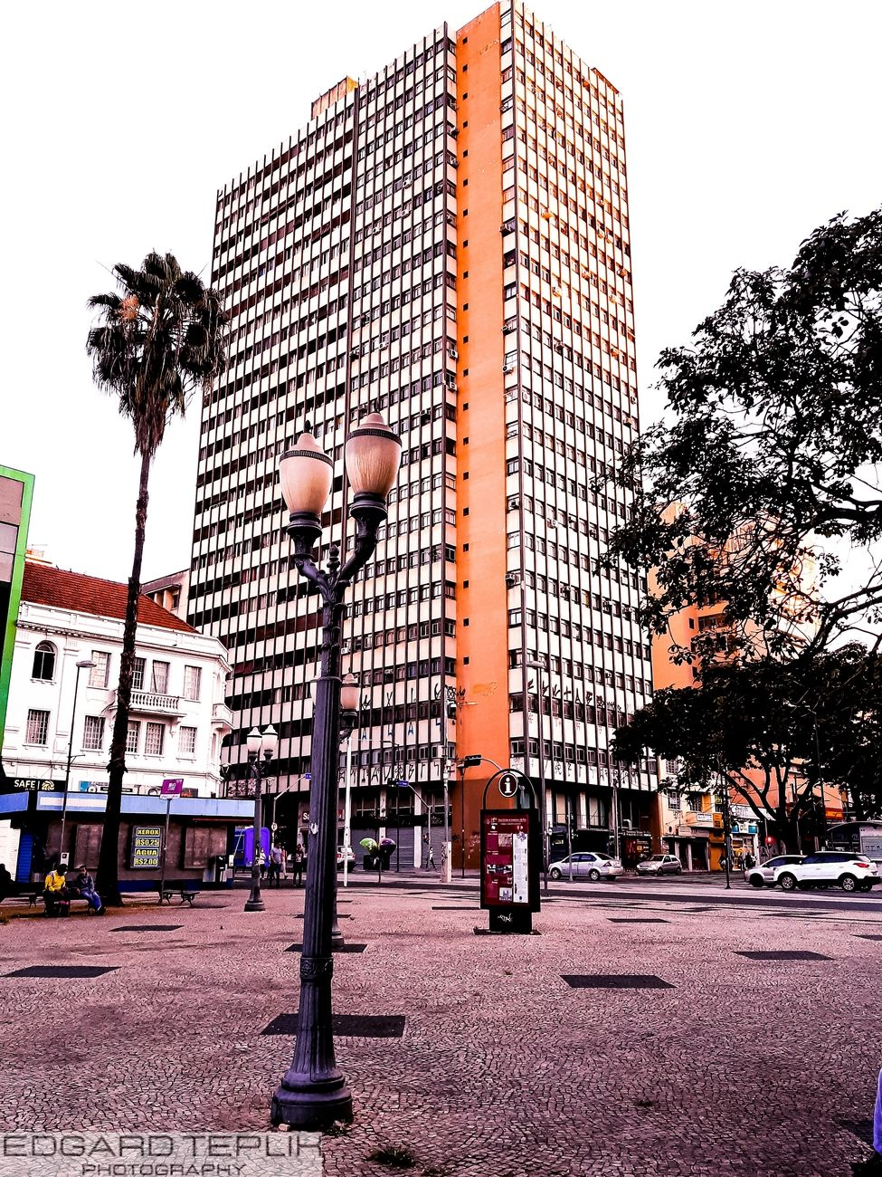 The highlight is this old lamppost, with this beautiful old building located at Rua Francisco Glicério, in the center of Campinas City