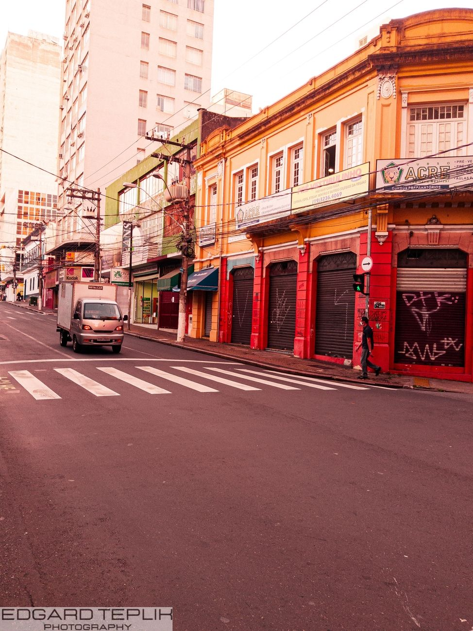 On this traditional street in Campinas we have the highlight of this old house, red and yellow, in a commercial spot