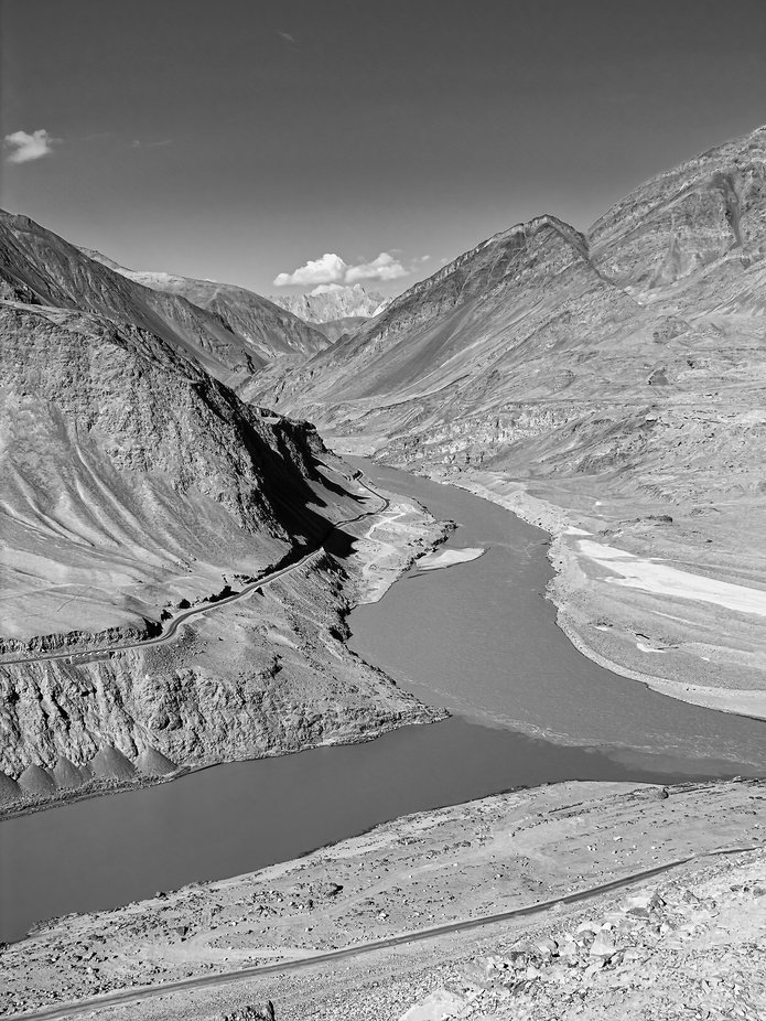 On the way to Pangong Tso lake, the Himalayas awaken all the beauties of its landscapes. The confluence of these two rivers seduced me as much as the landscape moved me.