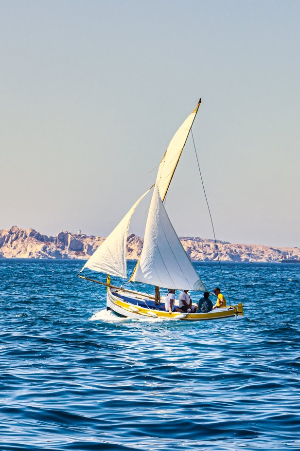 Sailing is a very popular activity in Marseille. This is the opportunity to forget the city for the benefit of nature and friends.