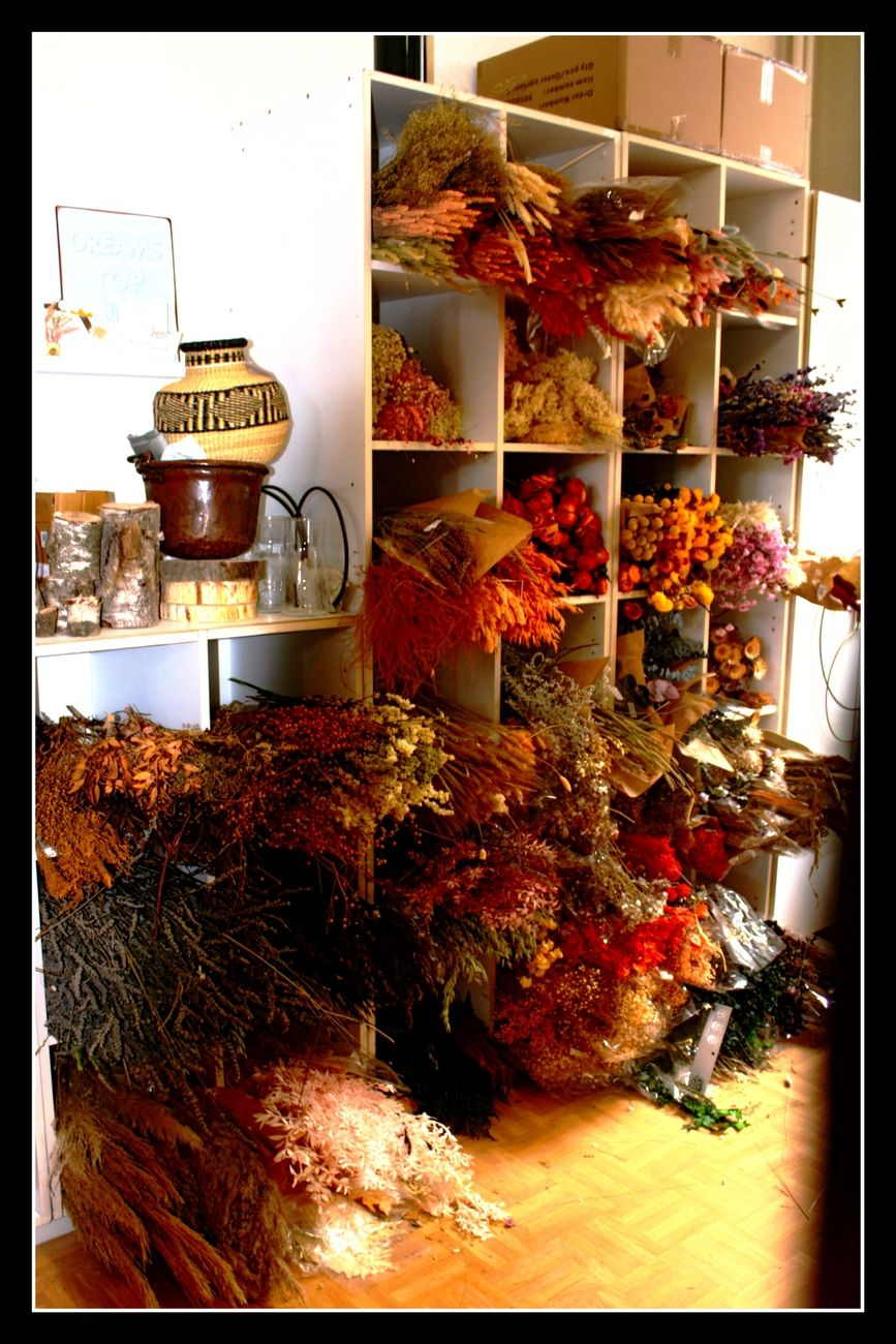 Autumn Still Life Coincidentally I discovered this studio where a beautiful young Woman was busy making beautiful fall bouquets. I couldn't resist and made a report about it on my Blog Theo-Herbots-Photography https://groetenuittienen.blog/