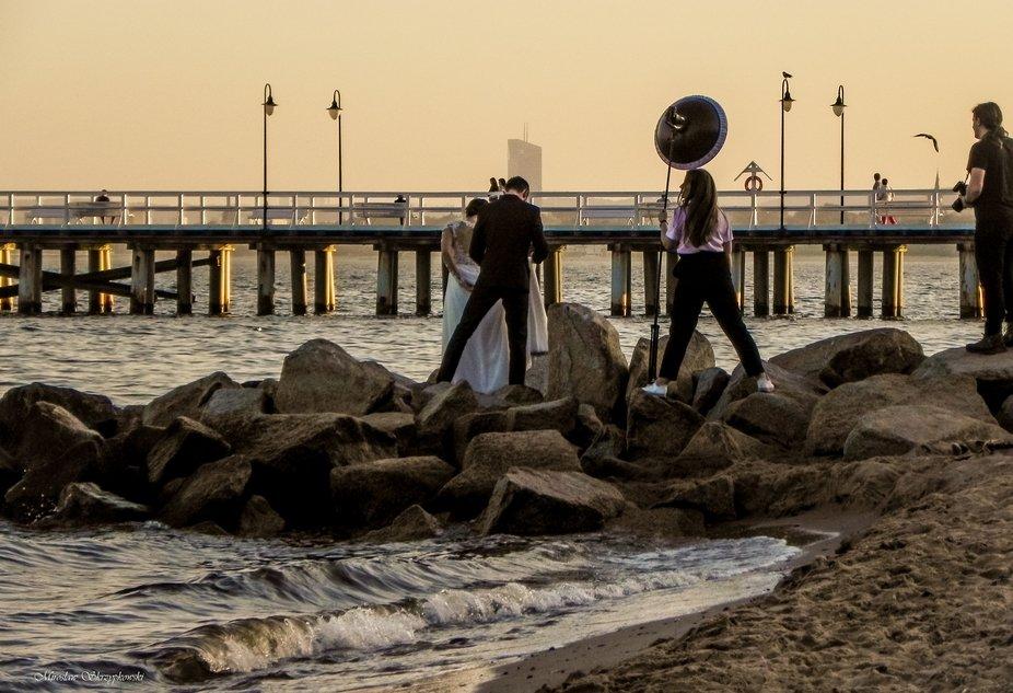 Sesja zdjęciowa na plaży przy molo