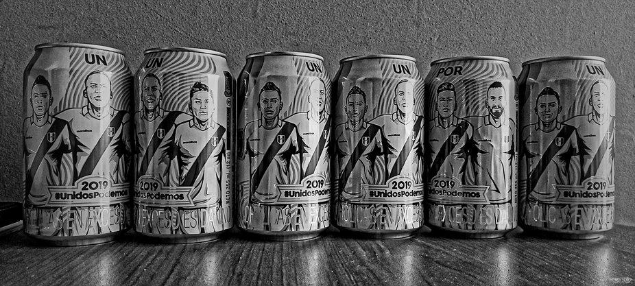 Equipe de foot du Pérou sur des canettes de bière   Pérou 2019   Avec le portable