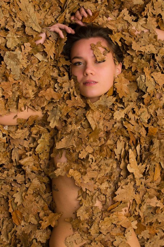Autumn leaves portrait. Studio shoot with Esther Bakker (@estherbakker28)