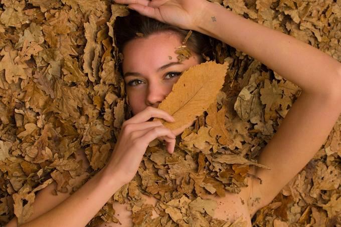 Autumn leaves portrait. Studio shoot with Esther Bakker (@estherbakker28)