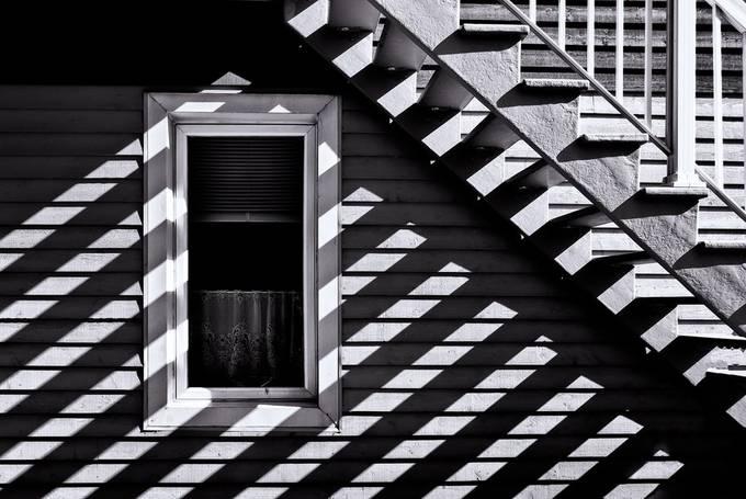 Ombres linéaires by niki02 - Monochrome Moments Photo Contest