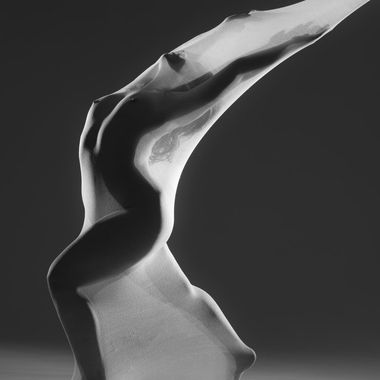 A dancer (Salomé Oliveira / @salomejpoliveira) performed in a flexible fabric.
