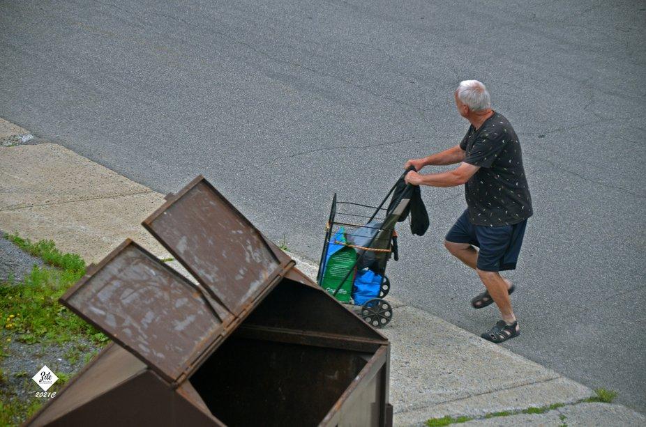 Dans ma ville, il y a beaucoup de cueilleurs de cannettes et autres résiduts. Ce qui est jeté p...