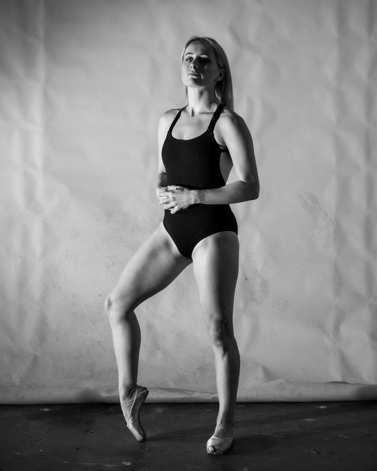 #portraits #dancer #expressive #portrait #colorportrait #blondehair #movementphotography #ausmodel #ausphotography #professioinaldancer #naturallightphotography #prophotographer #dramaticportrait