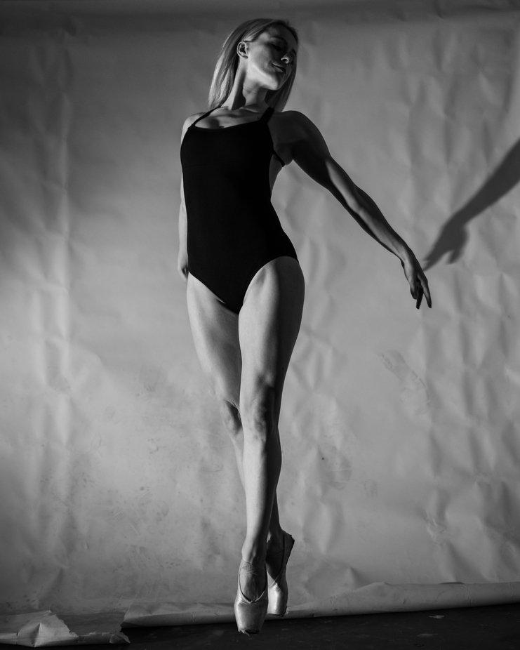 #portraits #dancer #expressive #portrait #colorportrait #blondehair #ausmodel #ausphotography #professionaldancer #flashlightphotography #prophotographer #dramaticportrait