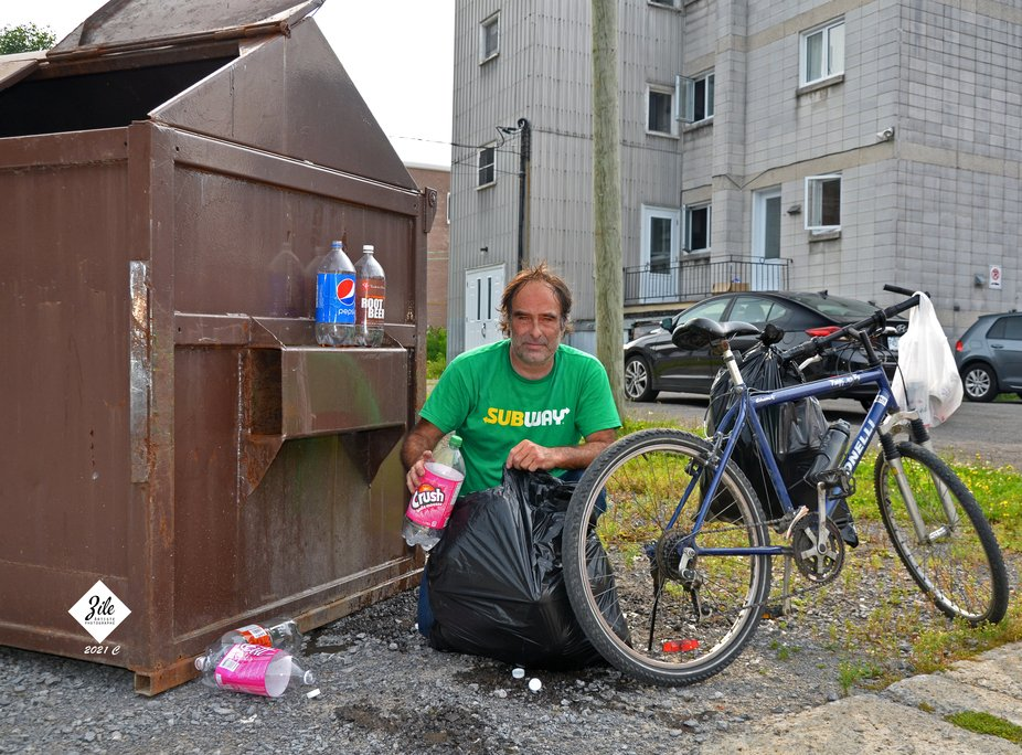 Jeff  marche un quartier complet pour faire un travail écologique et récupère  des milliers de...